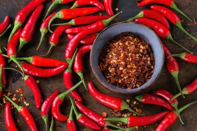 Pilha de pimentas vermelhas quentes Foto Premium