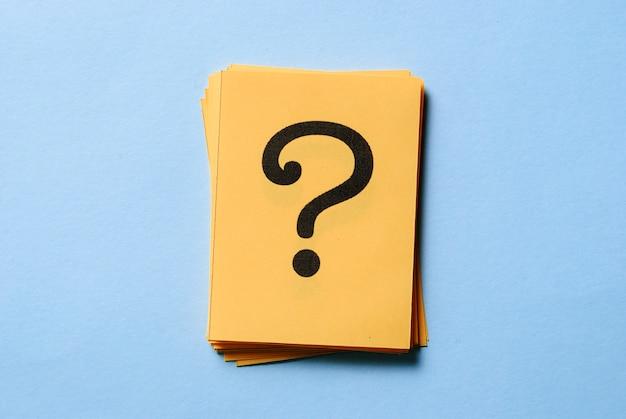 Pilha de pontos de interrogação em cartões amarelos Foto Premium