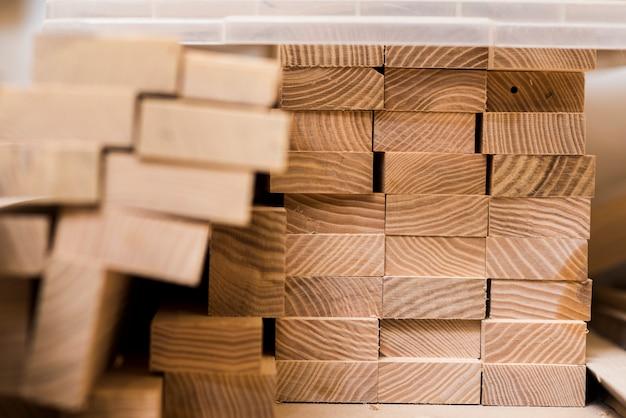 Pilha de pranchas de madeira na oficina Foto gratuita