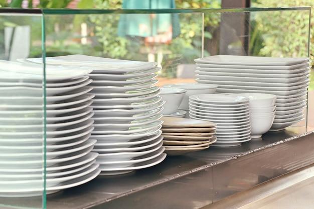 Pilha de pratos brancos Foto Premium
