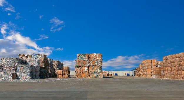 Pilha de resíduos de papel antes de retalhar na usina de reciclagem. Foto Premium