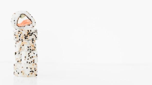 Pilha de rolo de sushi contra o pano de fundo branco Foto gratuita