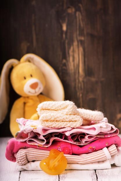 Pilha de roupas de bebê para recém-nascido Foto Premium