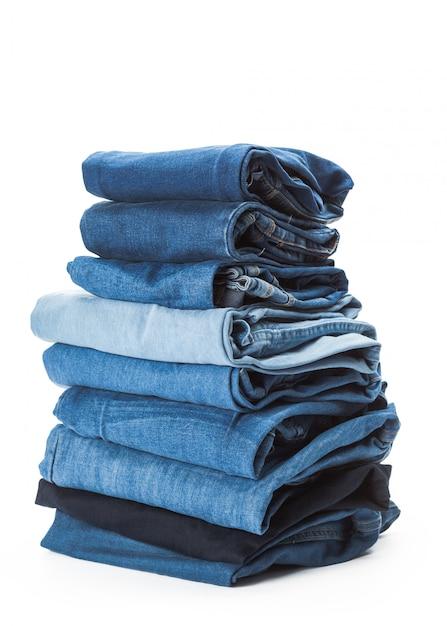Pilha de roupas em fundo branco, closeup Foto Premium
