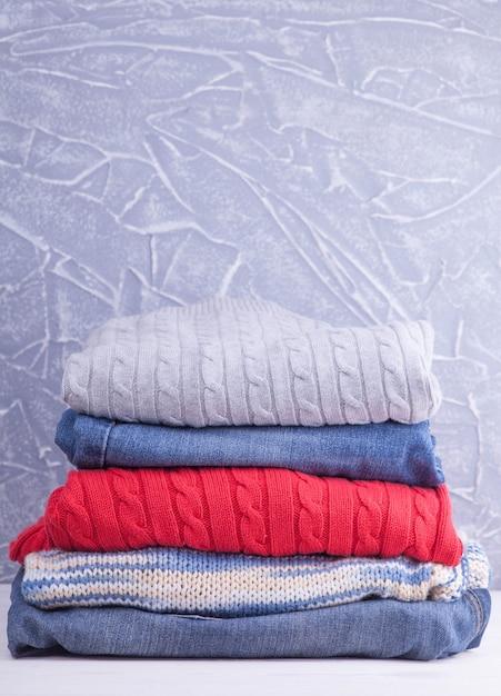 Pilha de roupas na mesa Foto Premium