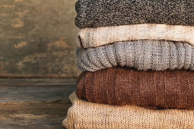 Pilha de roupas quentes coloridas Foto Premium