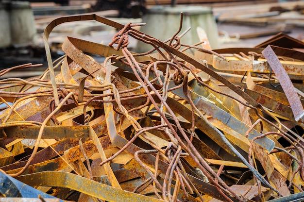 Pilha de sucata de metal enferrujado Foto Premium
