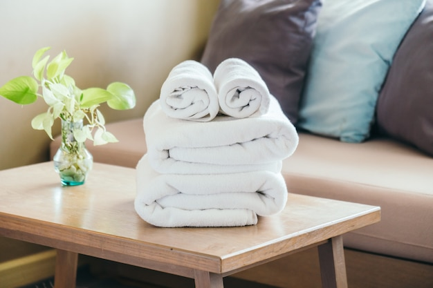 Pilha de toalha na mesa Foto gratuita