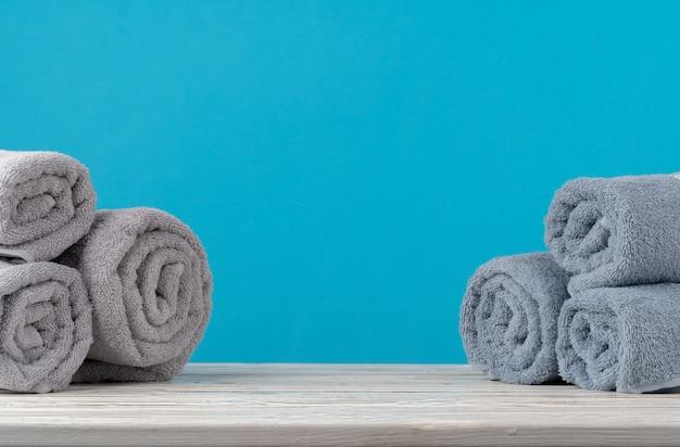 Pilha de toalhas enroladas em uma mesa de madeira Foto Premium