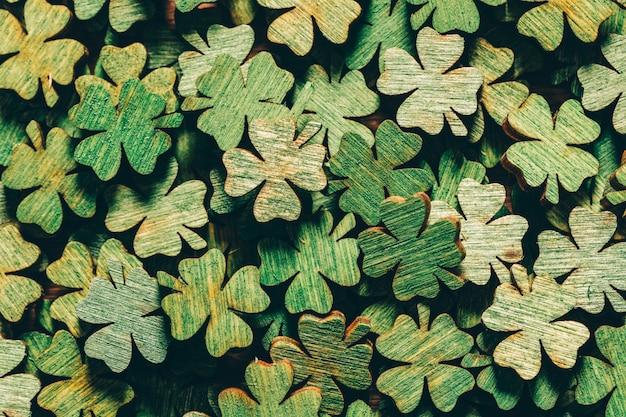 Pilha de trevos de quatro folhas verdes de madeira Foto Premium
