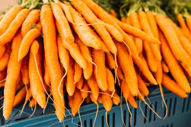 Pilha, de, um, laranja, colhido, cenouras Foto gratuita