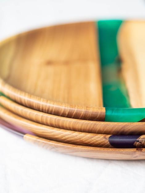 Pilha de várias bandejas redondas de madeira para artesanato com pastilhas de resina Foto Premium