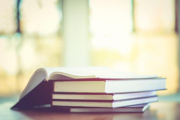 Pilha de velhos livros na mesa Foto Premium