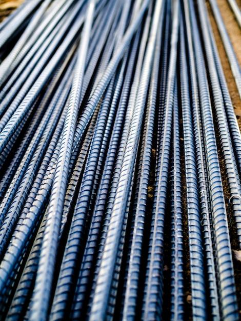 Pilha de vergalhões de aço para concreto de reforço no canteiro de obras, visão vertical Foto Premium