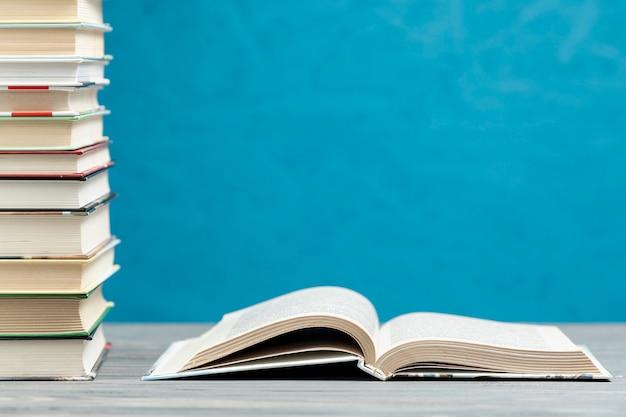 Pilha de vista frontal de livros com espaço de cópia Foto gratuita