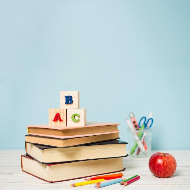 Pilha de vista frontal de livros com fundo desfocado Foto gratuita