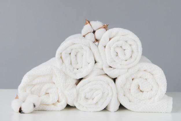 Pilha de vista frontal de toalhas com algodão Foto gratuita