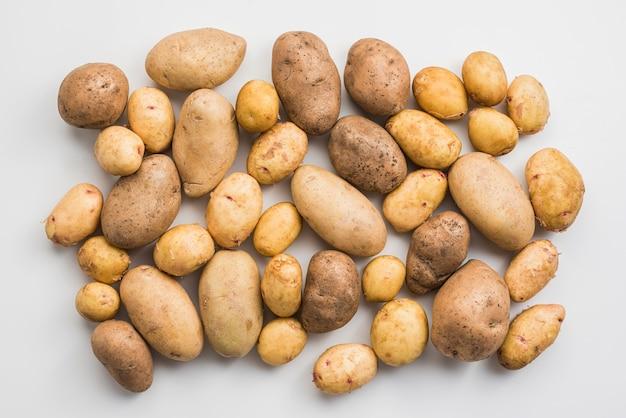 Pilha de vista superior de batatas Foto gratuita