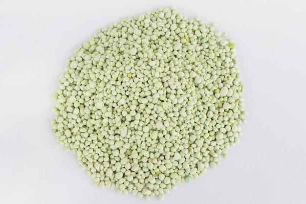 Pilha do adubo químico verde isolada no branco. tempo de jardinagem. Foto Premium