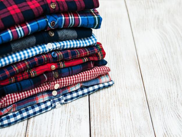 Pilhas de camisas xadrez Foto Premium