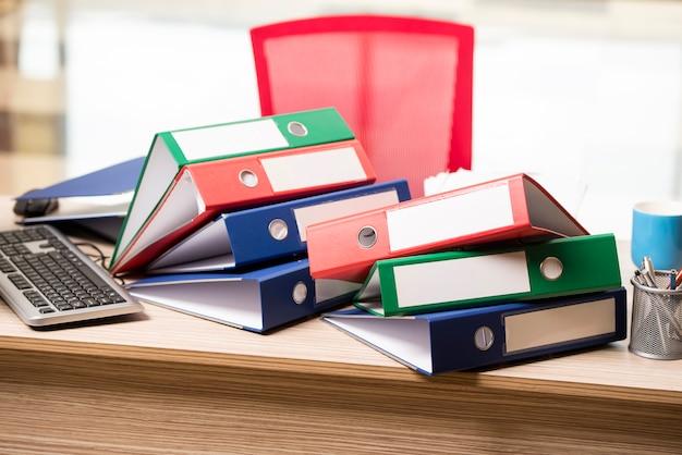 Pilhas de fichários de escritório na mesa Foto Premium