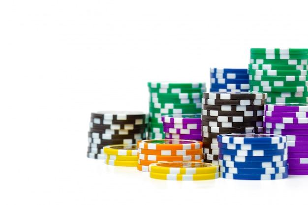 Pilhas de fichas de poker, isoladas no fundo branco Foto Premium