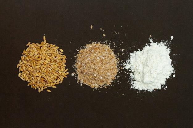 Pilhas de ingredientes para fazer pão Foto gratuita