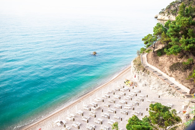 Pilhas de mattinata faraglioni e costa da praia de mergoli, vieste gargano, apulia, itália. Foto Premium