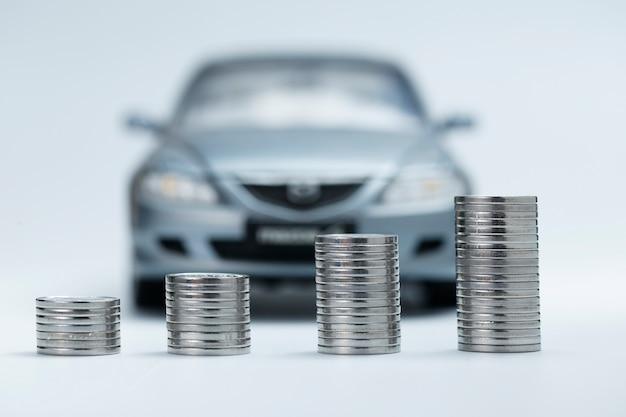 Pilhas de moeda na frente do carro Foto gratuita