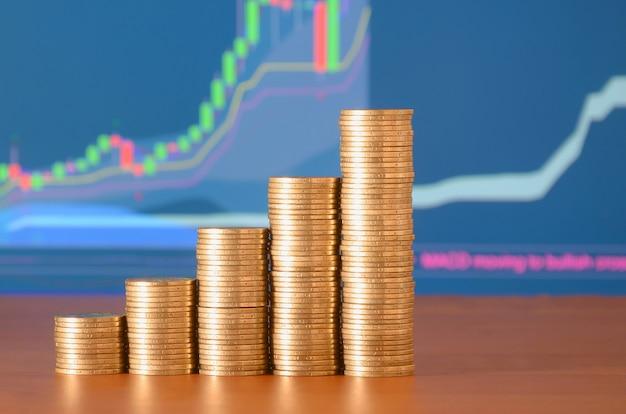 Pilhas de moedas de ouro organizadas como um gráfico. Foto Premium