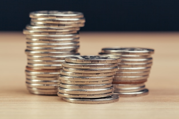 Pilhas de moedas na mesa de trabalho Foto Premium