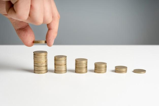 Pilhas de moedas na mesa Foto gratuita