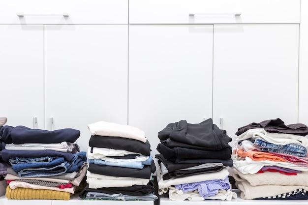 Pilhas de roupas limpas na despensa Foto Premium