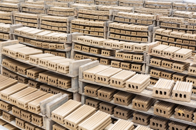 Pilhas de tijolo colocadas no chão da fábrica. Foto gratuita