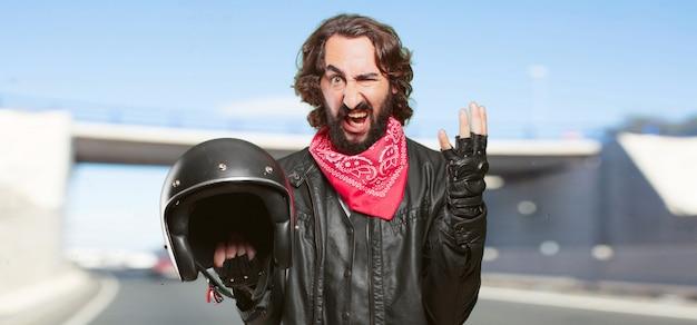 Piloto de moto com um capacete irritado ou chateado Foto Premium