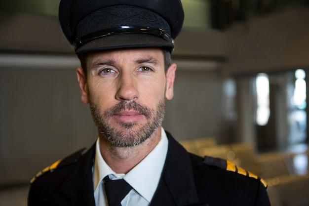 Piloto no terminal do aeroporto Foto gratuita