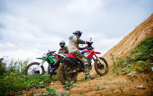 Pilotos de motocross na paisagem Foto Premium