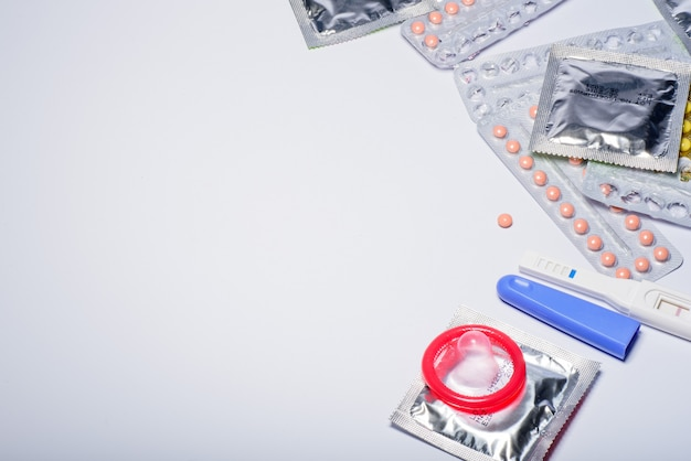 Pílula anticoncepcional, contraceptivos, preservativo, sexo seguro Foto Premium