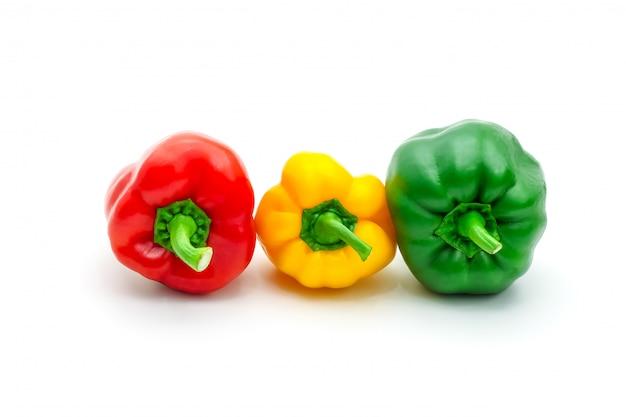 Pimenta de sino ou capsicum fresco verde, amarelo e vermelho isolados. Foto Premium