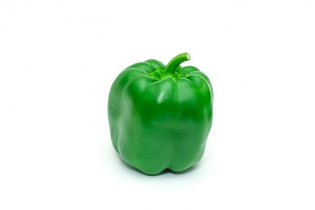 Pimenta de sino ou capsicum fresco verde isolada no branco. Foto Premium