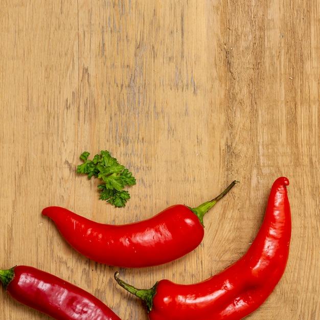 Pimenta e salsa na mesa de madeira Foto gratuita