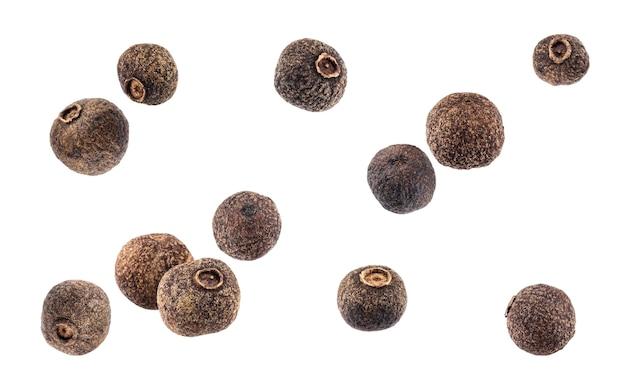 Pimenta preta. pimenta da jamaica isolada no fundo branco Foto Premium