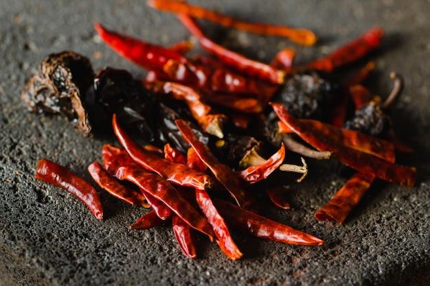 Pimenta seca mexicana, incluindo variedades de chile ancho e arbol em um fundo tradicional Foto Premium
