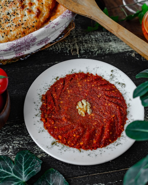 Pimenta vermelha esmagada com legumes Foto gratuita