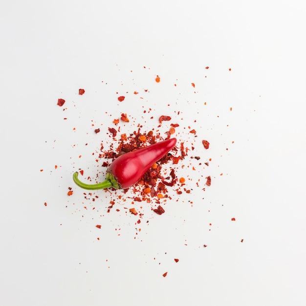Pimenta vermelha plana leigos e sementes na mesa Foto gratuita