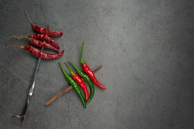 Pimenta vermelha tem um espeto no preto. Foto gratuita