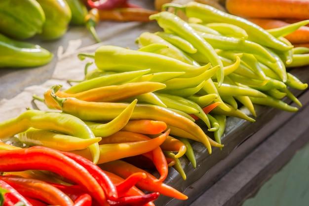 Pimentas de laranja vermelho e verde chili. pimenta de banana, paprika, pimenta de jardim, planta de chili, pimenta vermelha, pimenta espanhola, pimenta doce Foto gratuita