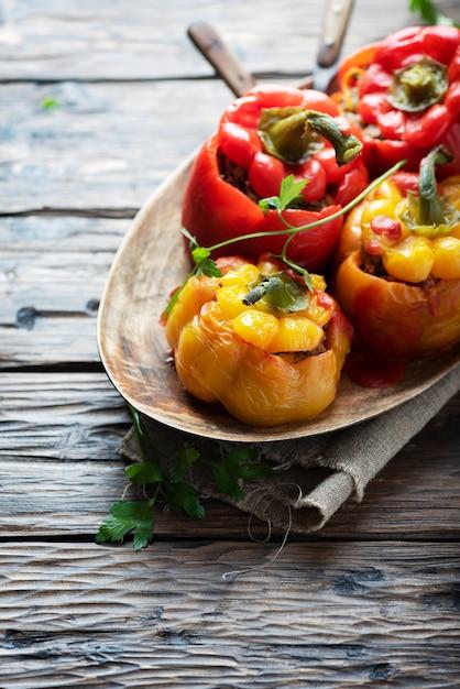 Pimentas recheadas coloridas com carne e vegetais, foco seletivo Foto Premium