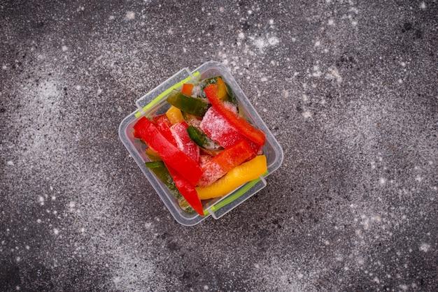 Pimentões coloridos em fatias congelados Foto Premium