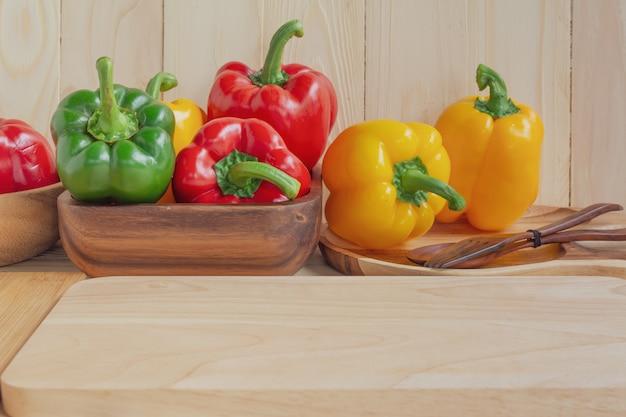 Pimentos doces no fundo da mesa de madeira Foto Premium